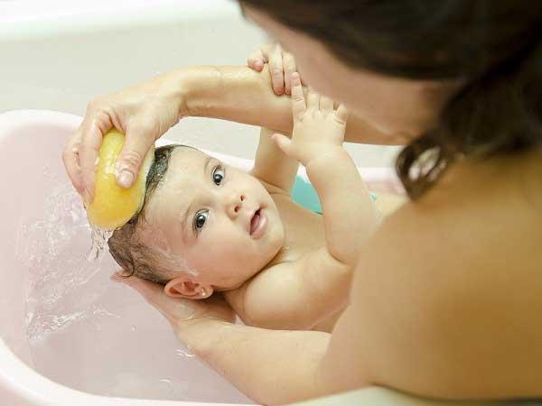 Chăm sóc bé tóc rụng hình vành khăn